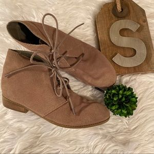 Steve Madden Sz 7 Taupe Suede lace up Booties